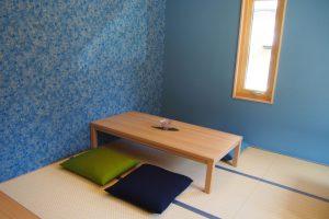 モネの水連をイメージしたという青色の壁紙が印象的